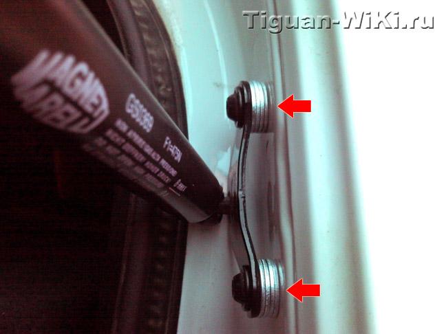 Штатная опора газового упора на Тигуане с шайбами